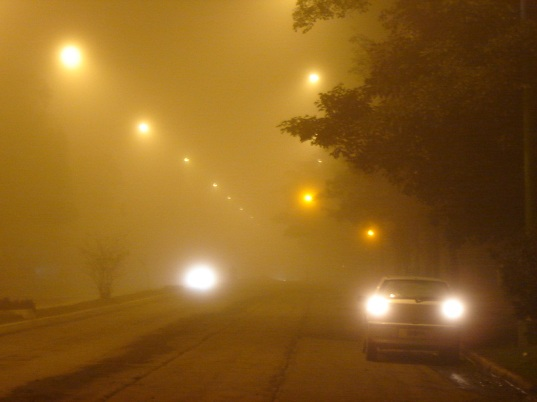 carretera-nocturna-cubierta-de-niebla