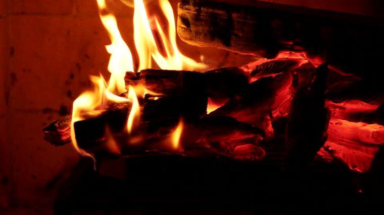 374773168-hogar-trozo-de-madera-fogon-brasa