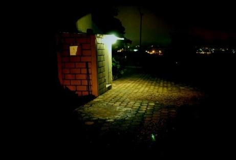 la-caseta-de-vigilancia-por-la-noche-3529a881-fff0-4972-9a2b-625ede169620