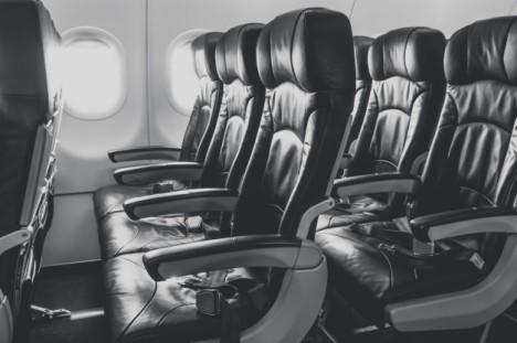 asientos-de-avion-en-la-cabina_1232-4275